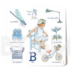Carte carrée illustrée allégorie de la couleur bleue avec les dessins d'une petite fille, des objets et des plantes iconiques.