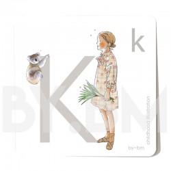 Tarjeta cuadrada de alfabeto de 8x8 cm, letra K ilustrada con dibujos originales, niña, animal y planta