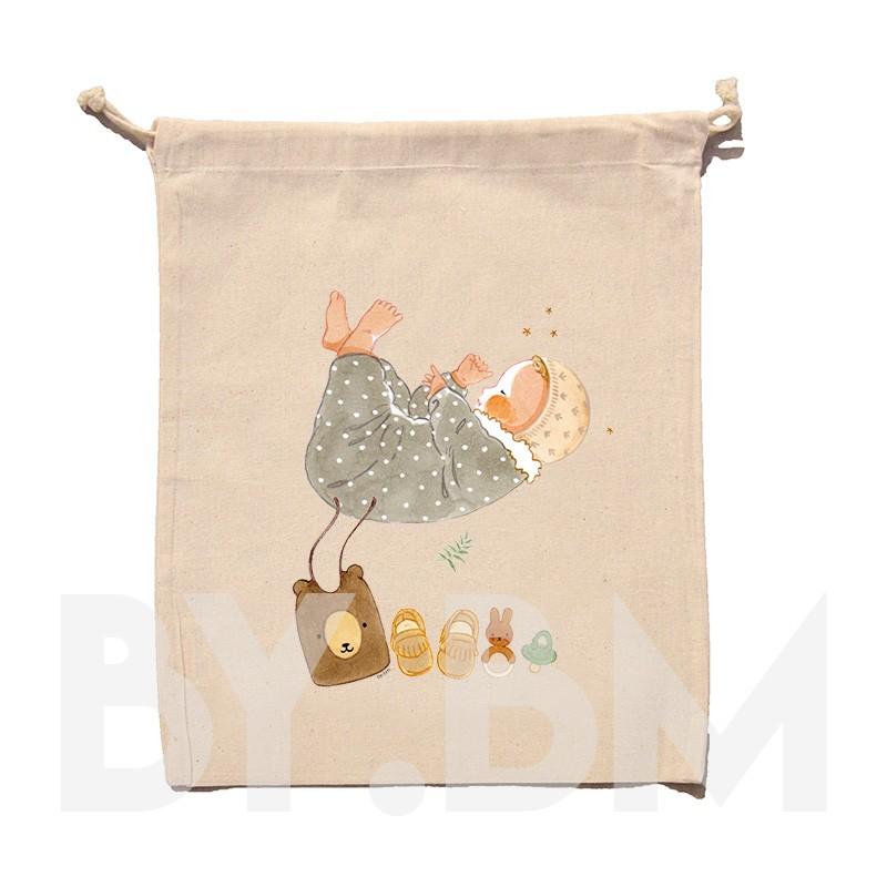 Bolsa de algodón orgánico de 25x30cm con una ilustración artística original que representa a un recién nacido y su ajuar