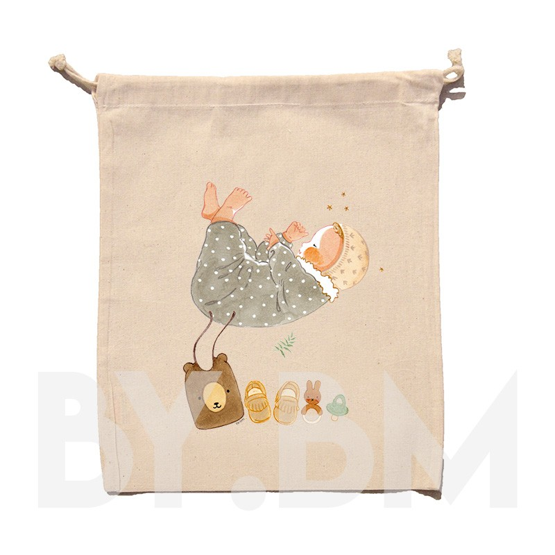 Pochon en coton bio de 45x30cm avec une illustration artistique originale représentant un nouveau né et son trousseau